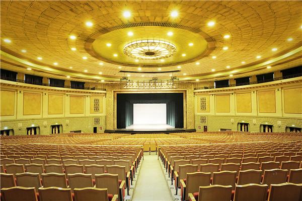 常见的剧场型式(依舞台与观众席的相对关系区分)    1,镜框式舞台图片